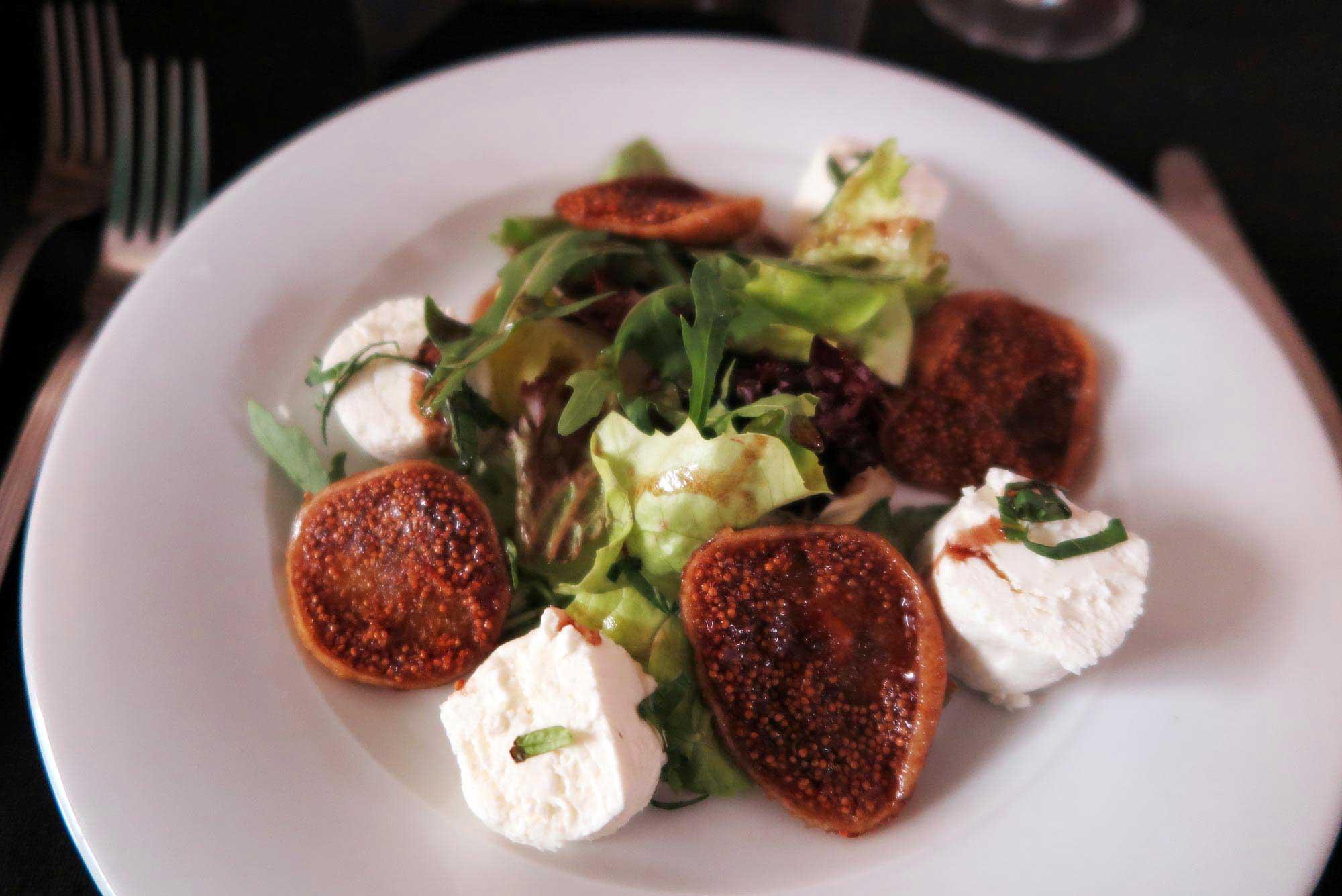 카사블랑카 릭스 카페의 무화과와 염소 치즈를 곁들인 샐러드. 빌바오의 핀초스바 Casa Victor Montes.
