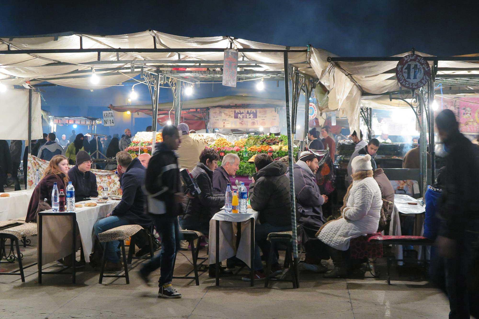 마라케시의 제마엘프나 광장 노천 음식점. 1000개 가까운 가게들이 저마다 불을 피우고 음식들을 즉석에서 조리한다. 시시각각 변하는 광장 모습 자체가 눈요깃거리.