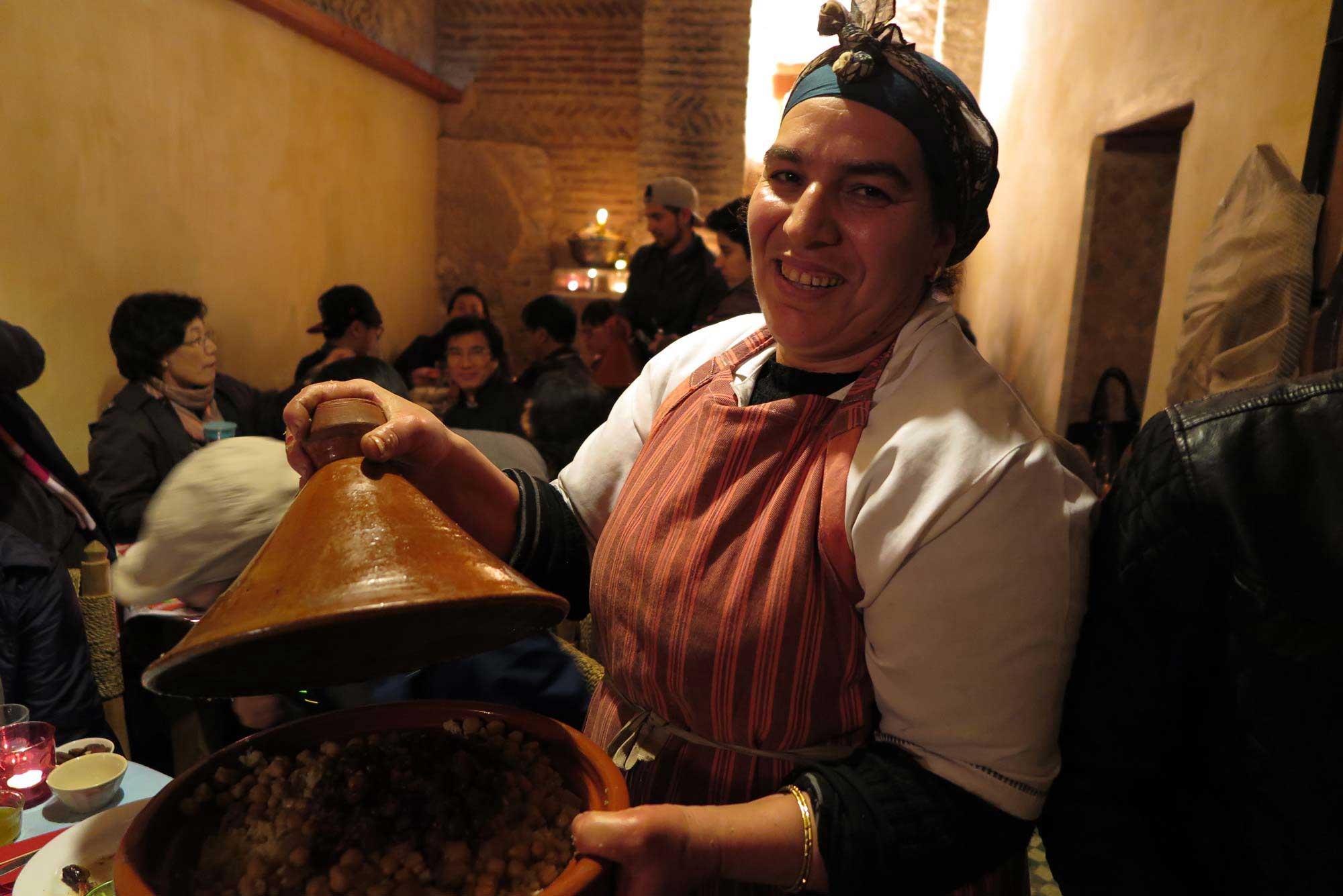 페즈 전통 음식점 루인드 가든의 조리장. 그녀의 푸근한 미소는 모로코 전통 조리기구에 담긴 양고기 타진의 맛을 배가시킨다.