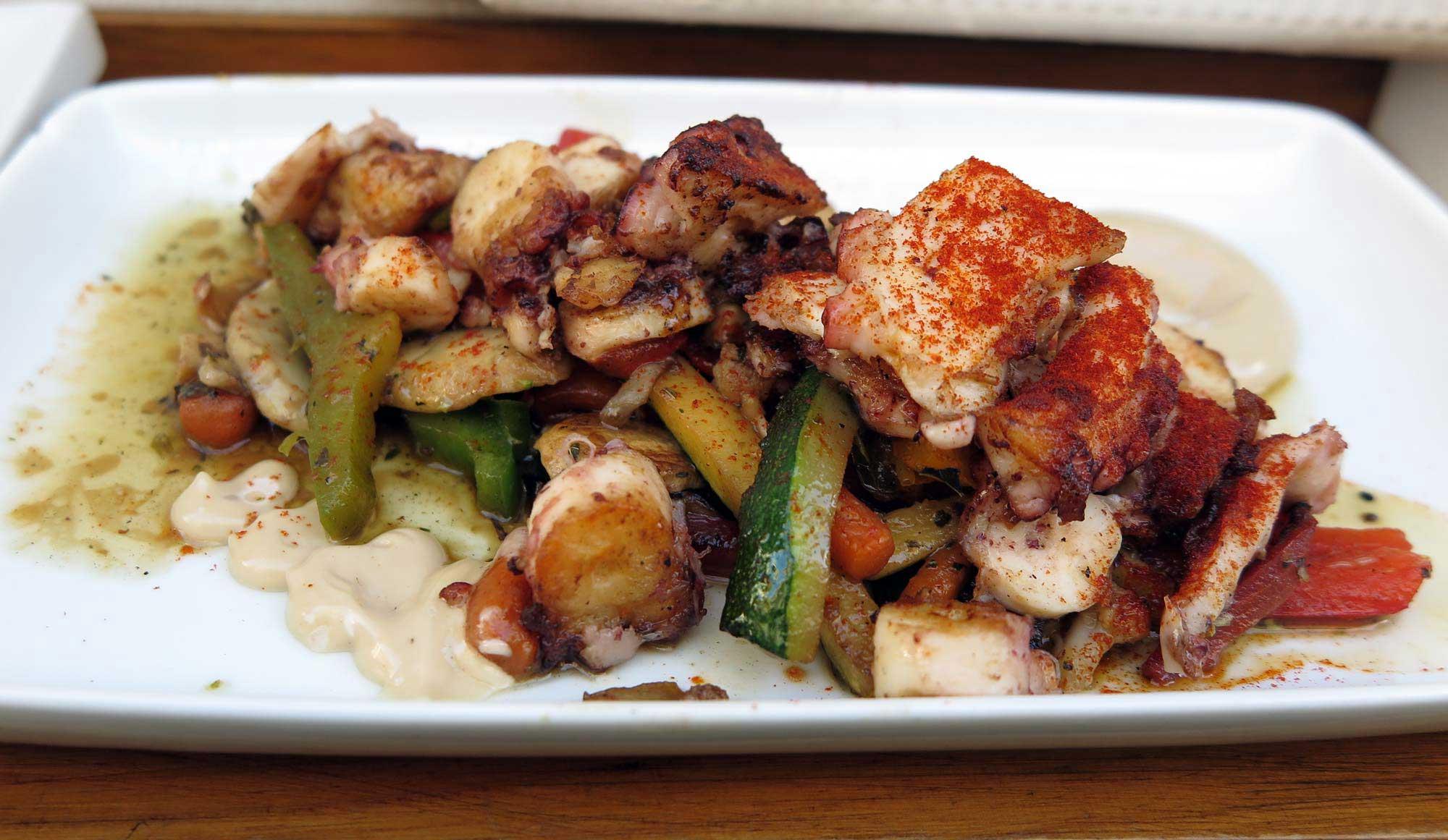 채소와 간장, 마요네이즈를 곁들인 구운 문어 타파스. 가격은 타파스지만 음식의 맛과 양은 일품요리 수준이다.