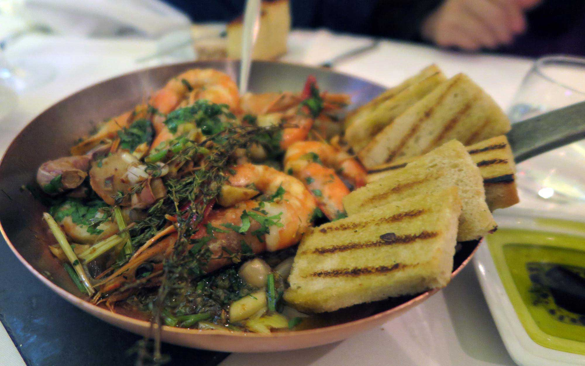 리스본 비스트로 100 마네이라스의 일품요리, 유고슬라비아 전통 방식의 새우프라이 요리.