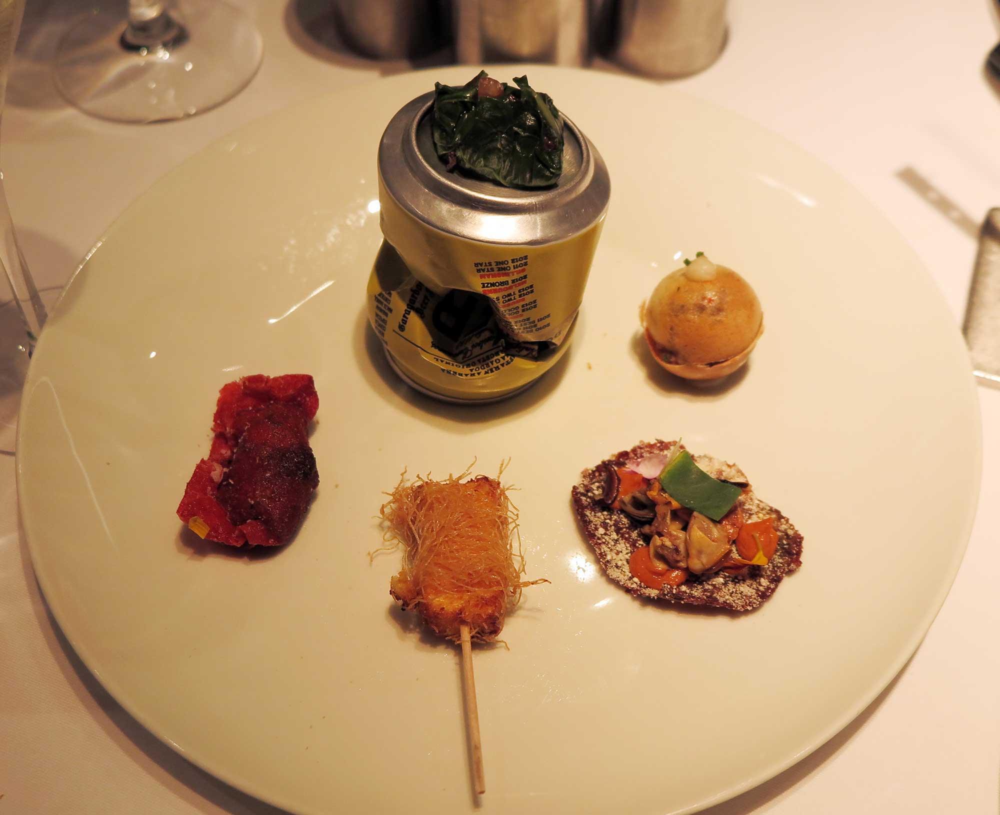 산 세바스티안 아르사크 레스토랑의 애피타이저 세트. 새우교자, 블랙푸딩, 쌈장렌틸콩쿠키 등 모든 요리의 형태와 맛이 새롭고 창의적이다.