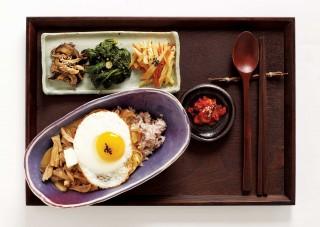 돼지고기 안심을 많이 짜지 않은 간장에 졸인 장똑또기덮밥은 담백하고 깔끔한 맛이 특징.