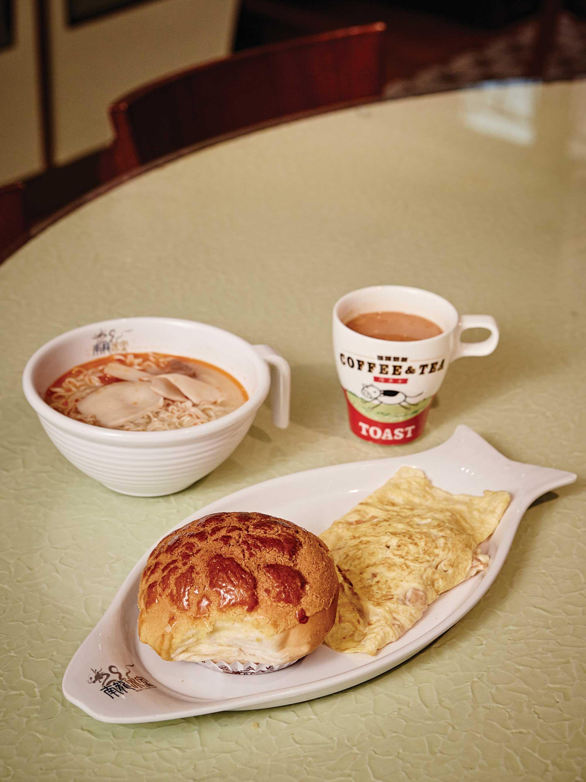 홍콩 사람들이 아침을 즐기는 남룽 카페의 아침 세트 메뉴.
