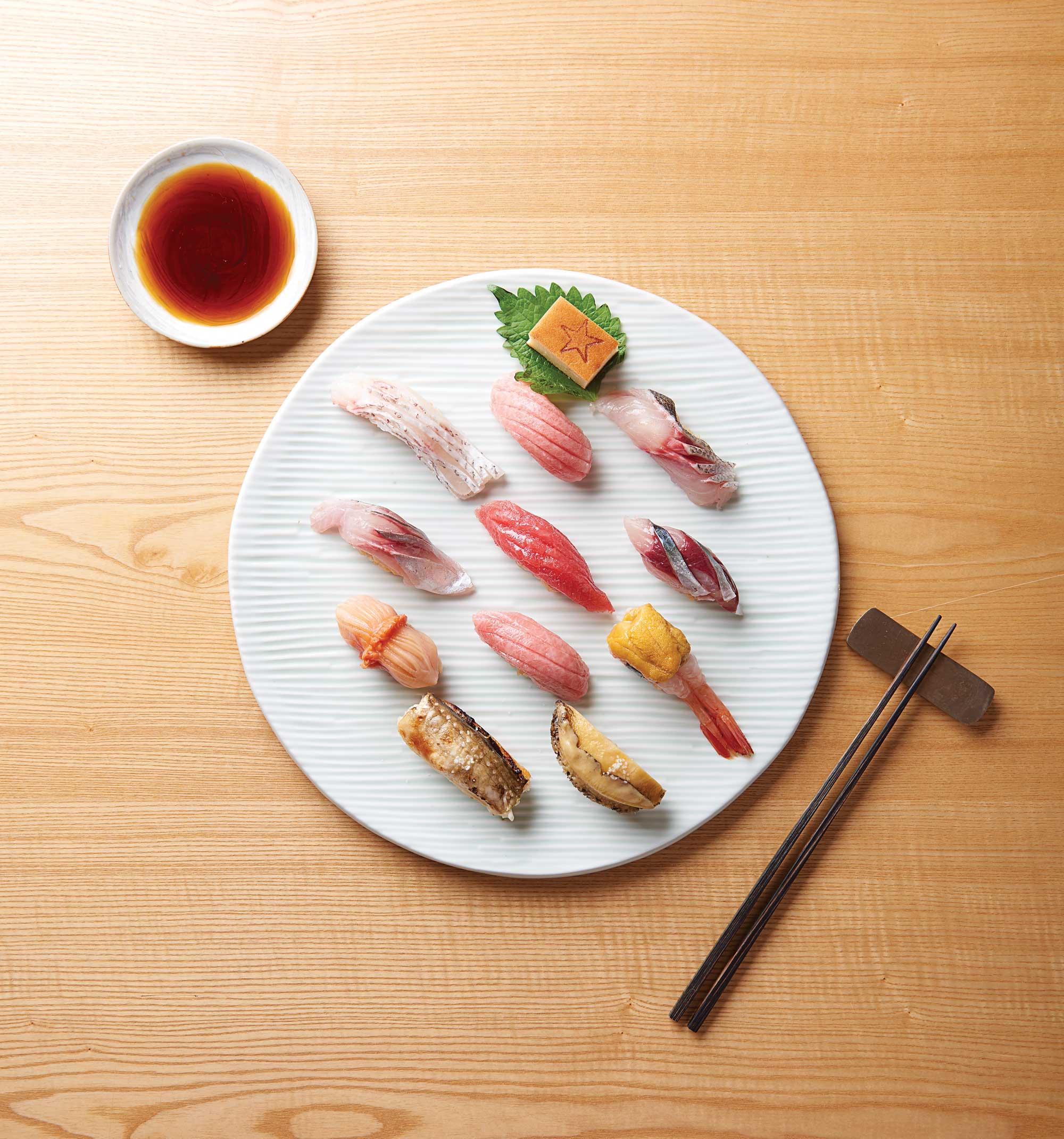 스시호시카이의 오마카세. 한치와 성게알, 금태스시, 단새우성게알, 아까미, 참치뱃살 등으로 구성됐다. 오마카세는 담백한 맛에서 시작해 지방이 많은 것, 향이 강한 것의 순서로 먹는다.