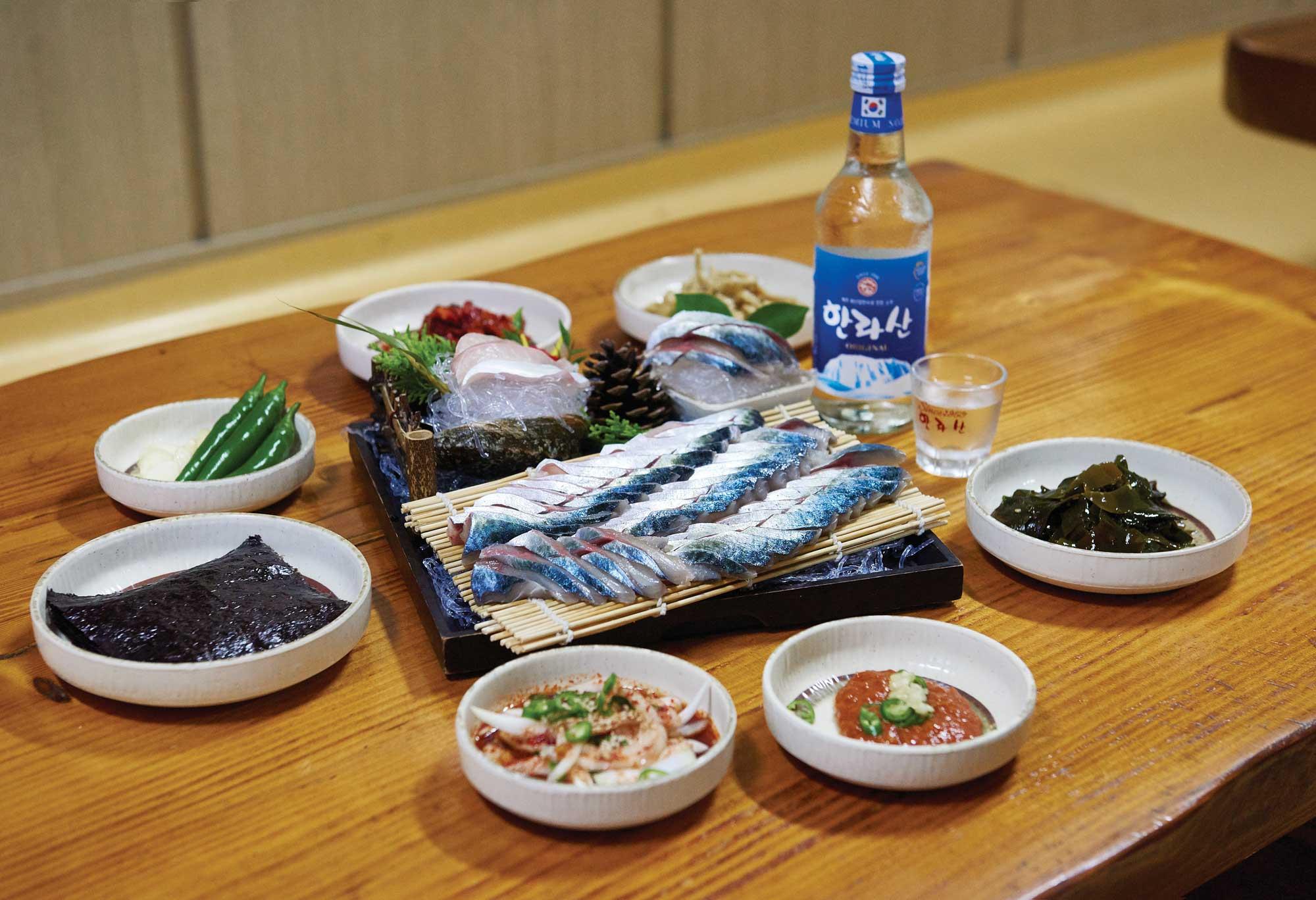 한라산 소주와 먹기 좋은 고등어회. 표선수산마트에서 먹었다.