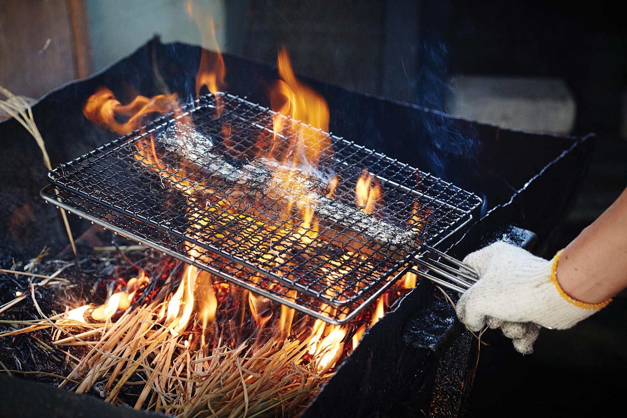 무돌주막의 짚불구이. 고기가 도톰한 것이 특징이다. ©김재욱