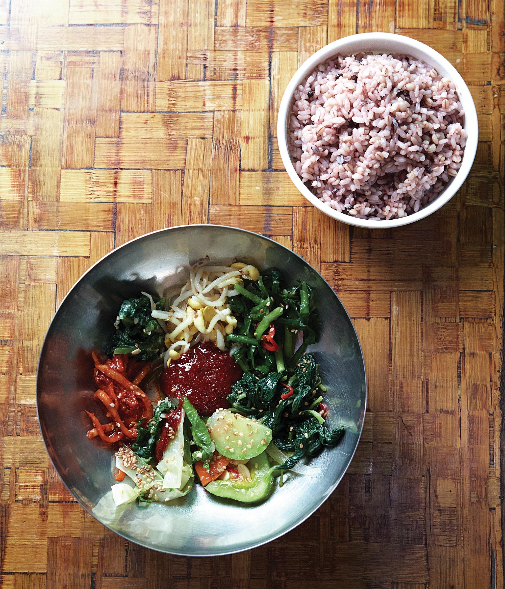 아침부터 운영하는 대지의 보리밥뷔페. 보리쌀을 한번 찐 뒤 보리밥을 지어 소화가 잘 된다. ©김재욱