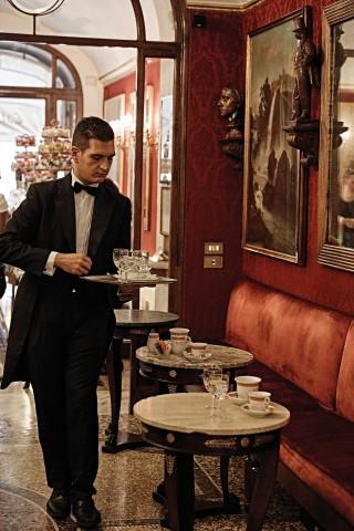 카페 그레코는 마치 박물관을 연상시킨다. 다양한 예술 작품과 자료가 가득하다. ©김재욱