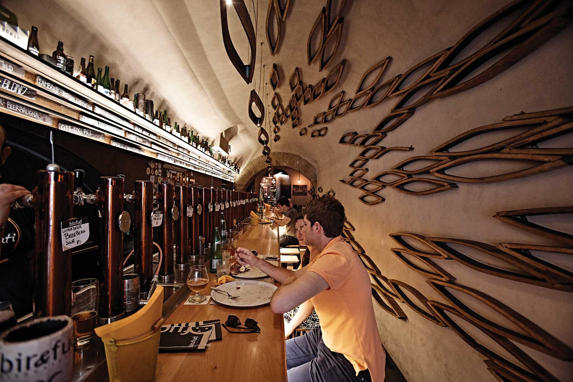 비르 앤 푸드에서는 세계 수제 맥주를 요리와 함께 맛볼 수 있다. ©김재욱