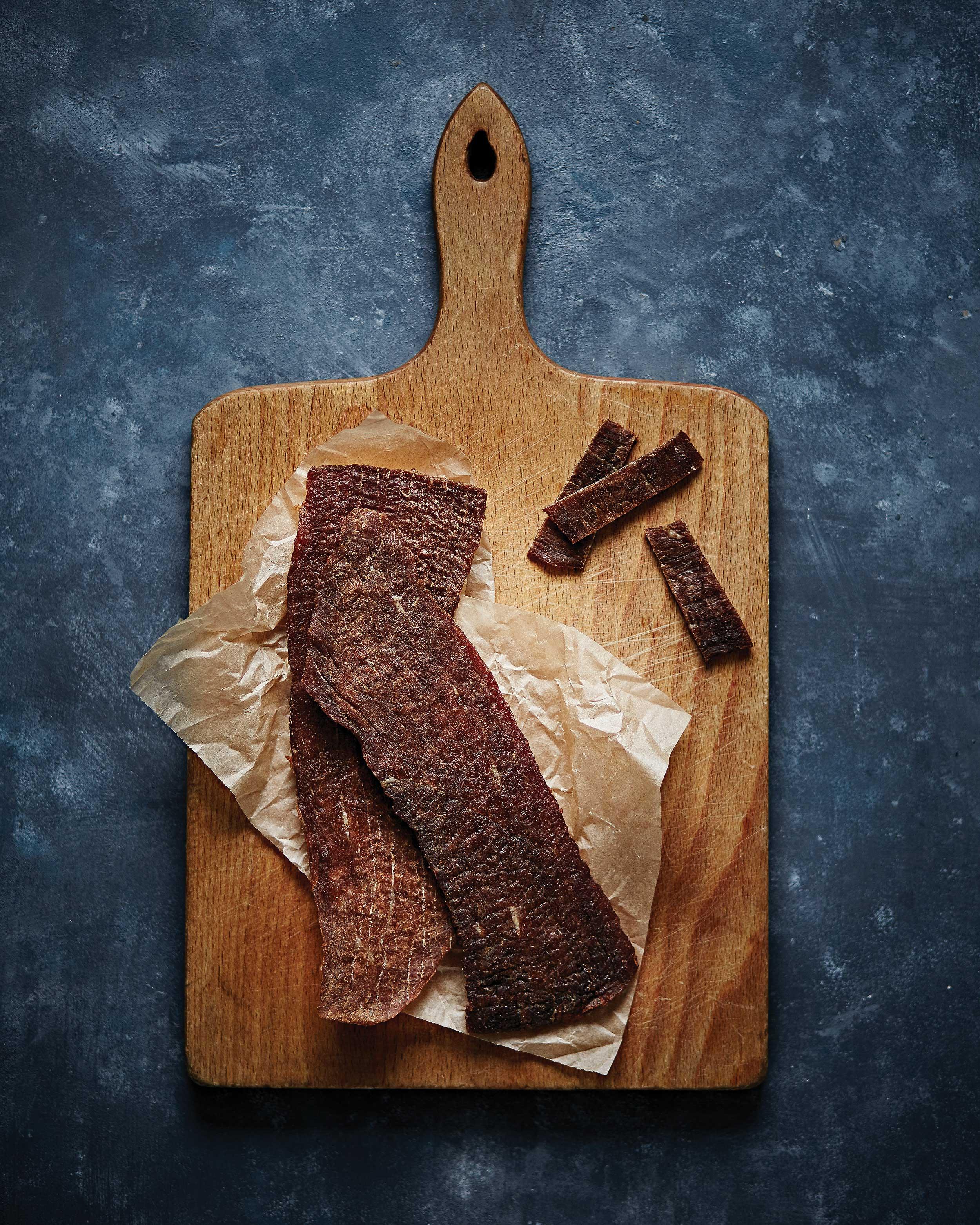 육포를 만들 때는 지방이 거의 없는 홍두깨살 또는 우둔살을 사용하는 것이 좋다. 이 부위는 근섬유의 결이 일정해 결대로 찢어 먹을 수 있다. © 심윤석, 정지원