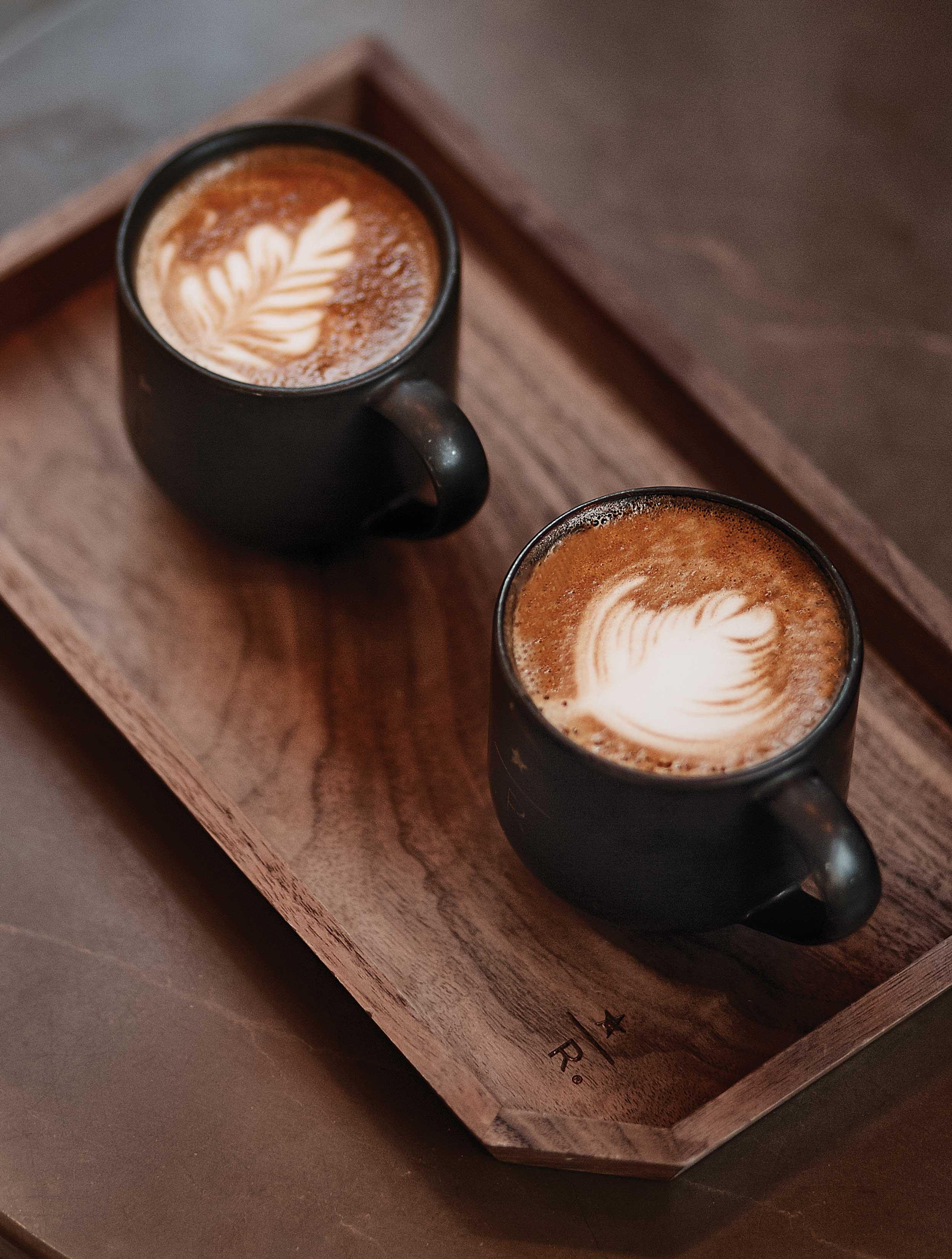 카페라테와카푸치노.이곳에서만 사용하는 전용 잔과 트레이에 담겨 나온다. © 심윤석