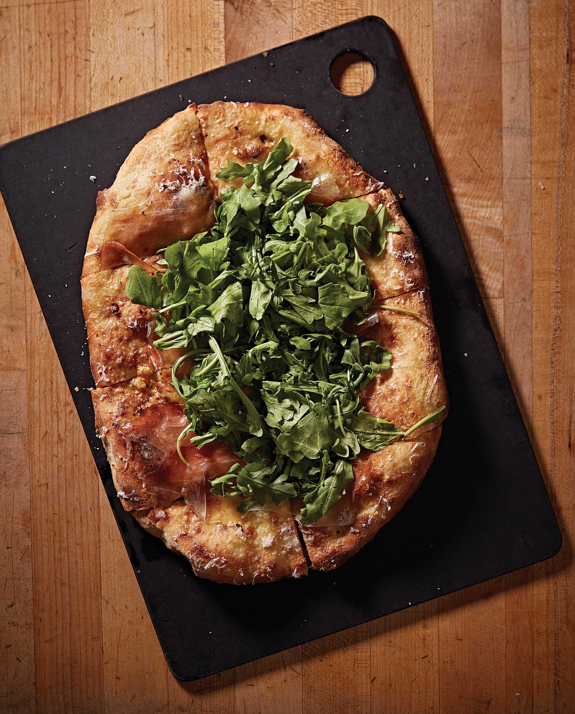 시리어스파이의인기메뉴중 하나인 스모크드 프로슈토, 달걀, 아루굴라Arugula를 얹은 피자. © 심윤석