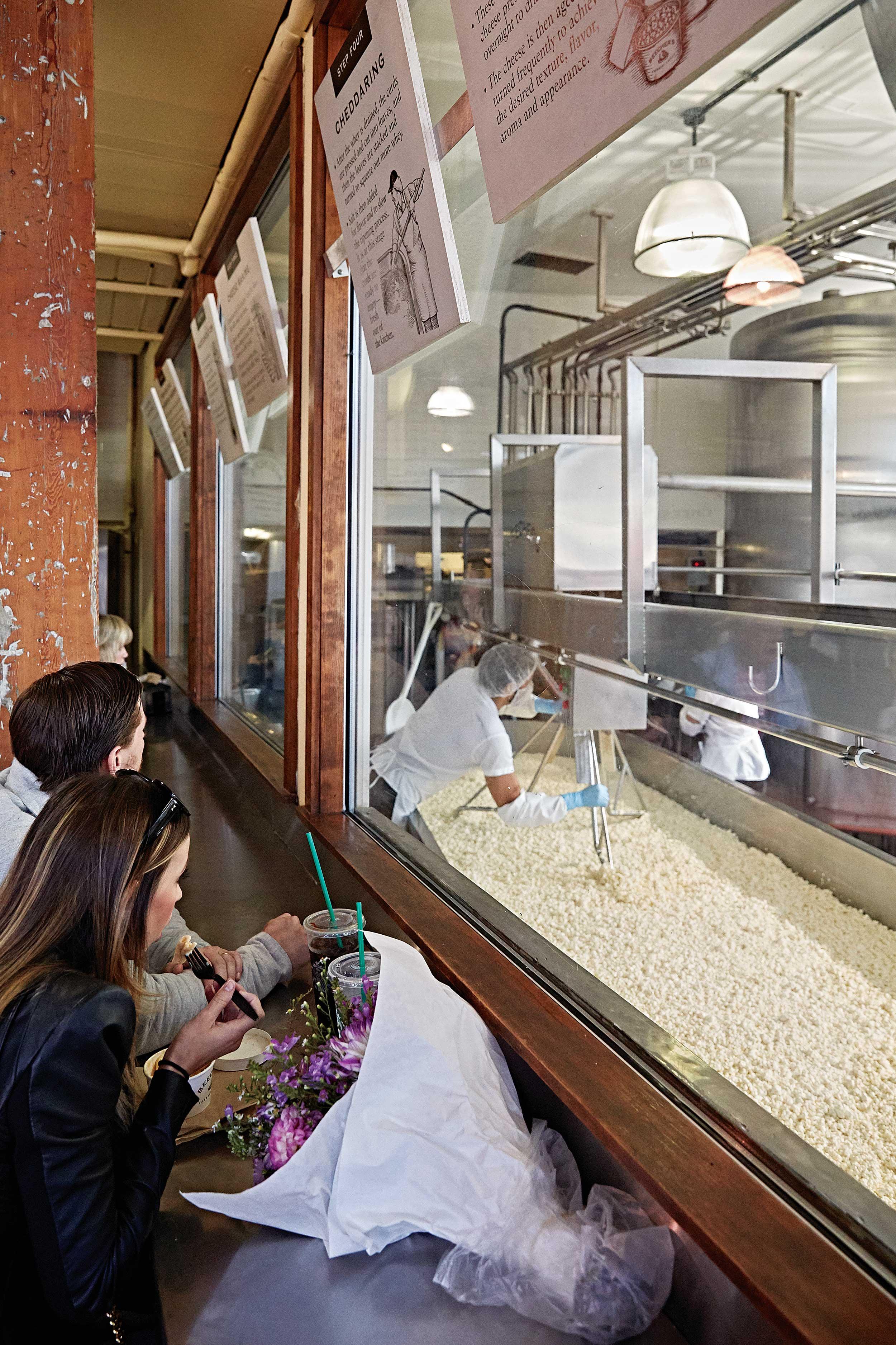 비처스 핸드메이드 치즈에서는 커드를 만드는 모습을 유리창으로 지켜볼 수 있다. © 심윤석