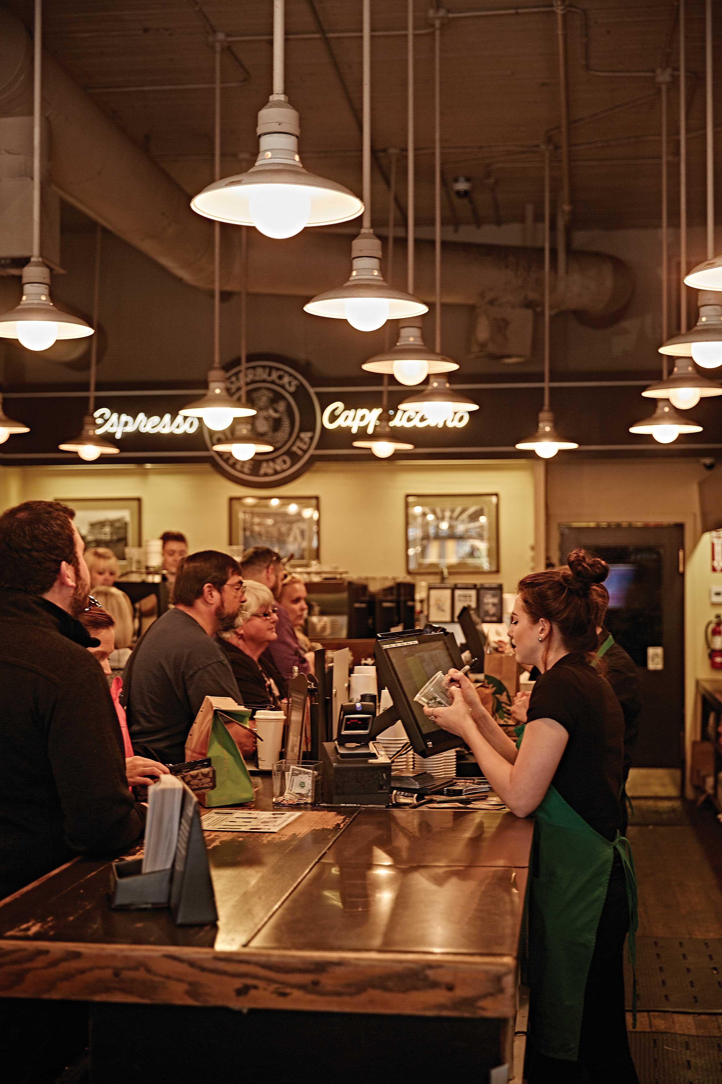 파이크 플레이스 마켓에 있는 스타벅스 1호점. 기념품을 사려는 관광객들로 늘 분주하다. © 심윤석
