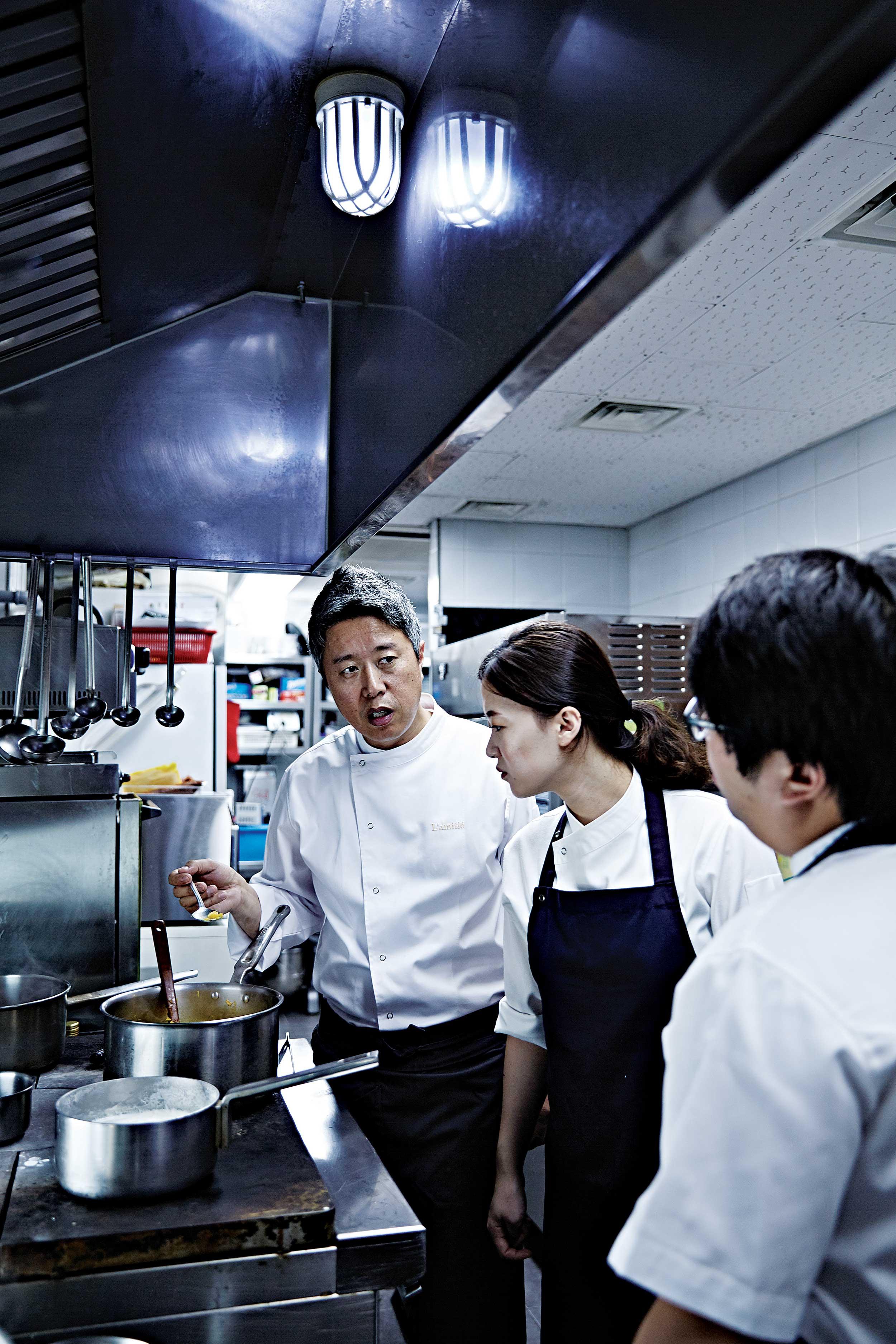 장명식 셰프가 유정현 수 셰프와 김주리 스태프에게 조리법을 설명하고 있다. © 심윤석, 정지원