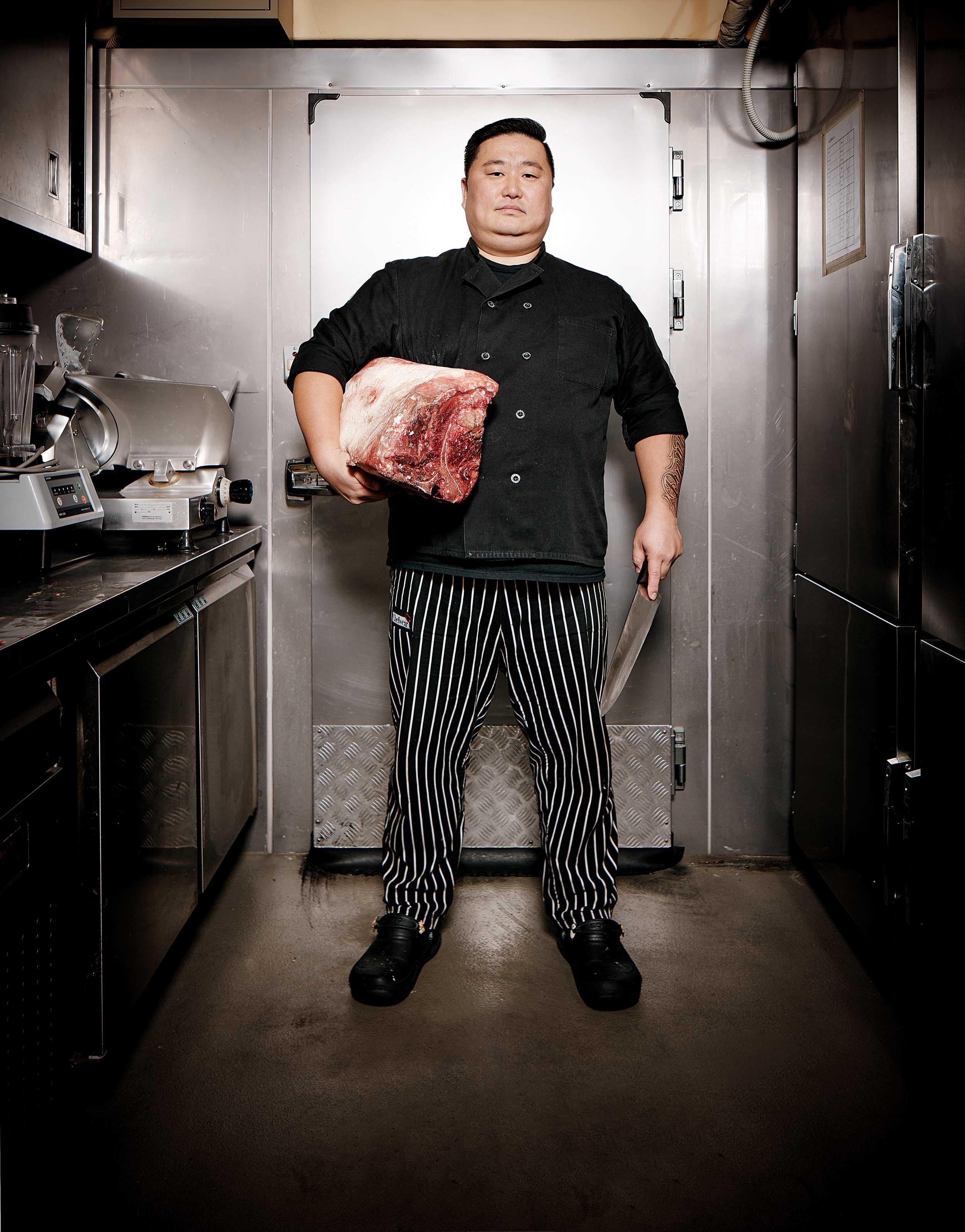 볼트 스테이크 하우스의 이원호 헤드 셰프가 드라이에이징된 고기를 들었다. 무려 10kg이다! © 심윤석, 박재현, 양성모