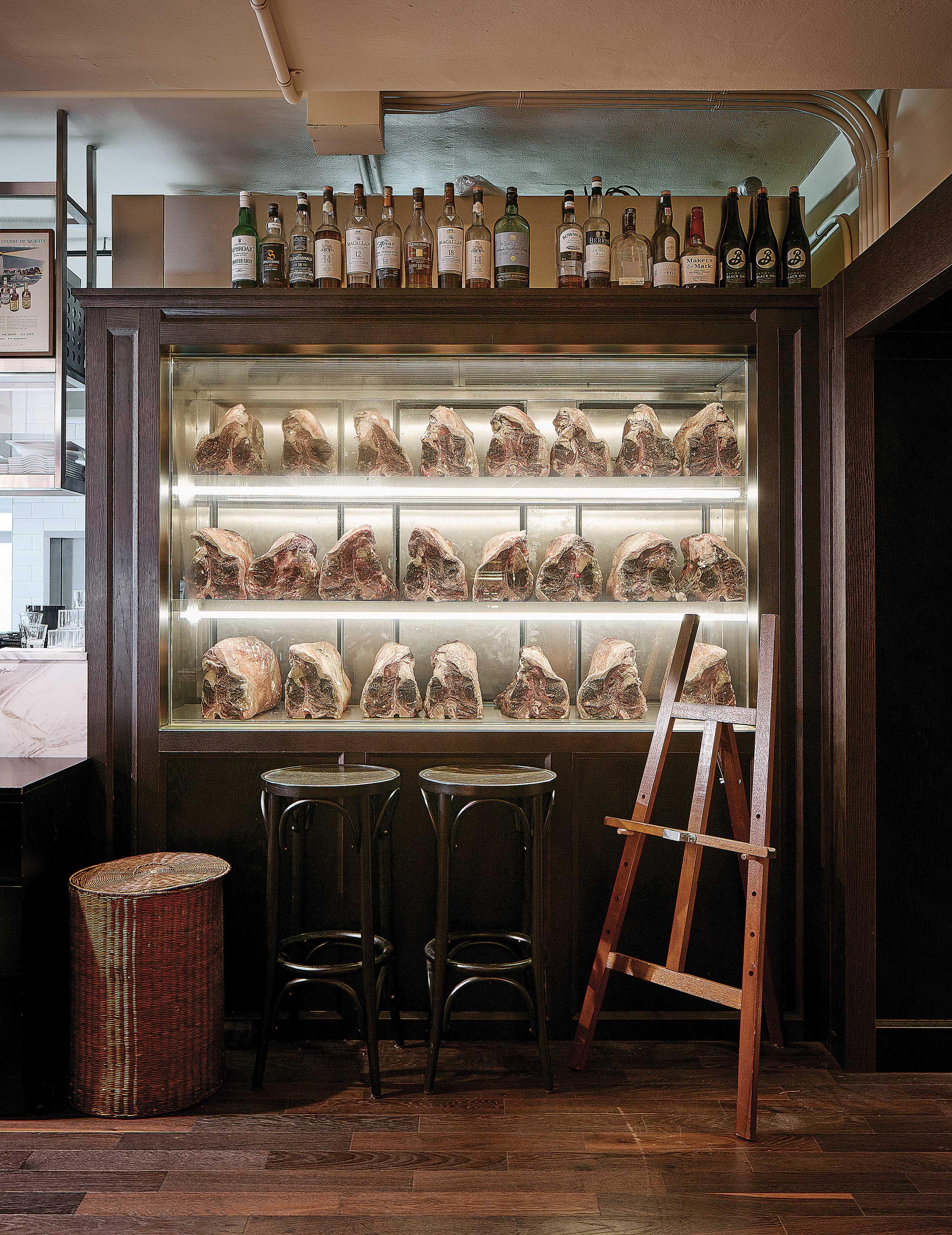 볼트 스테이크 하우스에는 키친 내부에 드라이에이징 시설이 갖춰져 있다. 사진은 스테이크에 사용될 드라이에이징 보관 냉장고로 세련된 레스토랑과 대조돼 묘한 분위기를 자아낸다. © 심윤석, 박재현, 양성모
