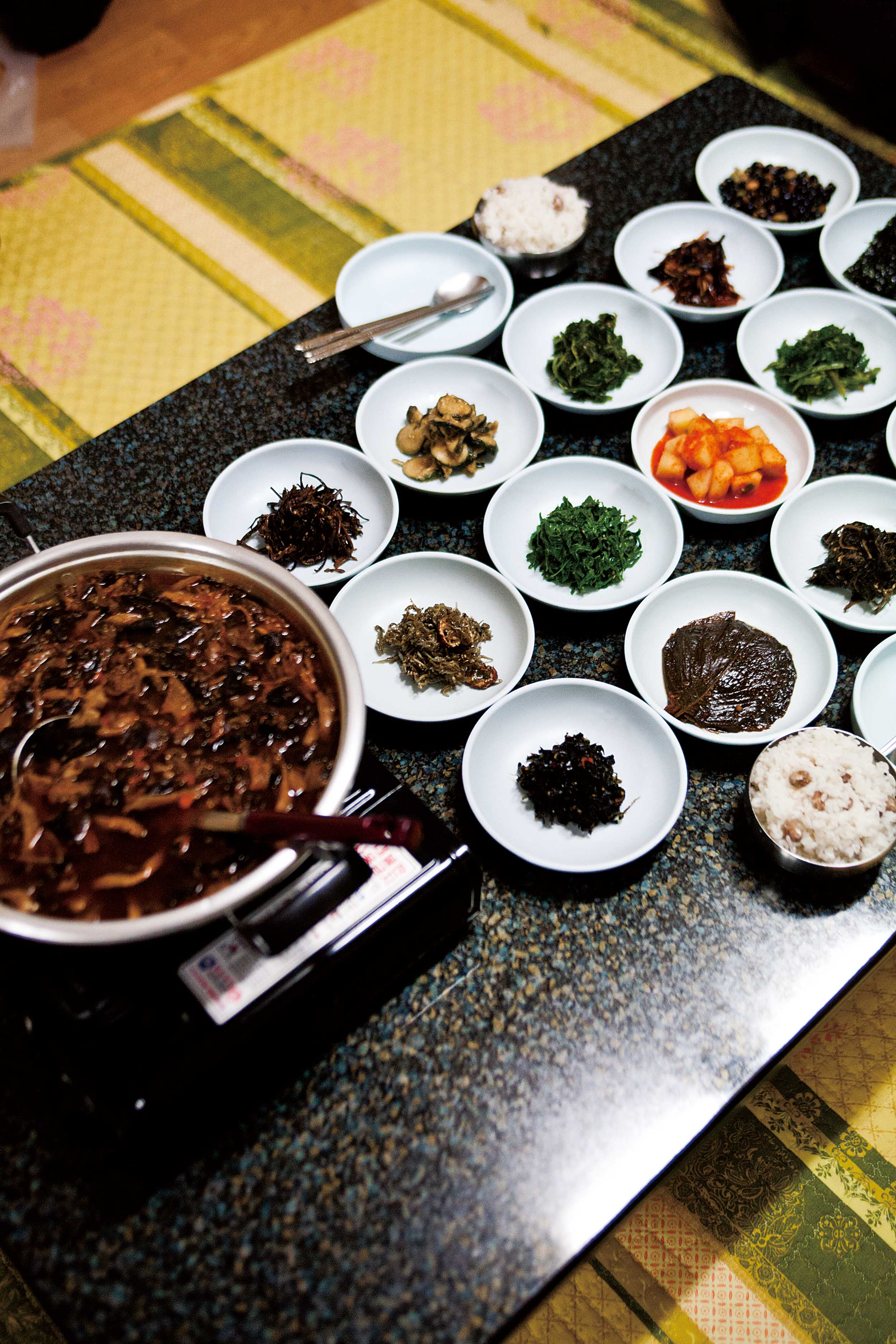 오정식당의 자연산 버섯찌개, 나물과 반찬들 © 현관욱