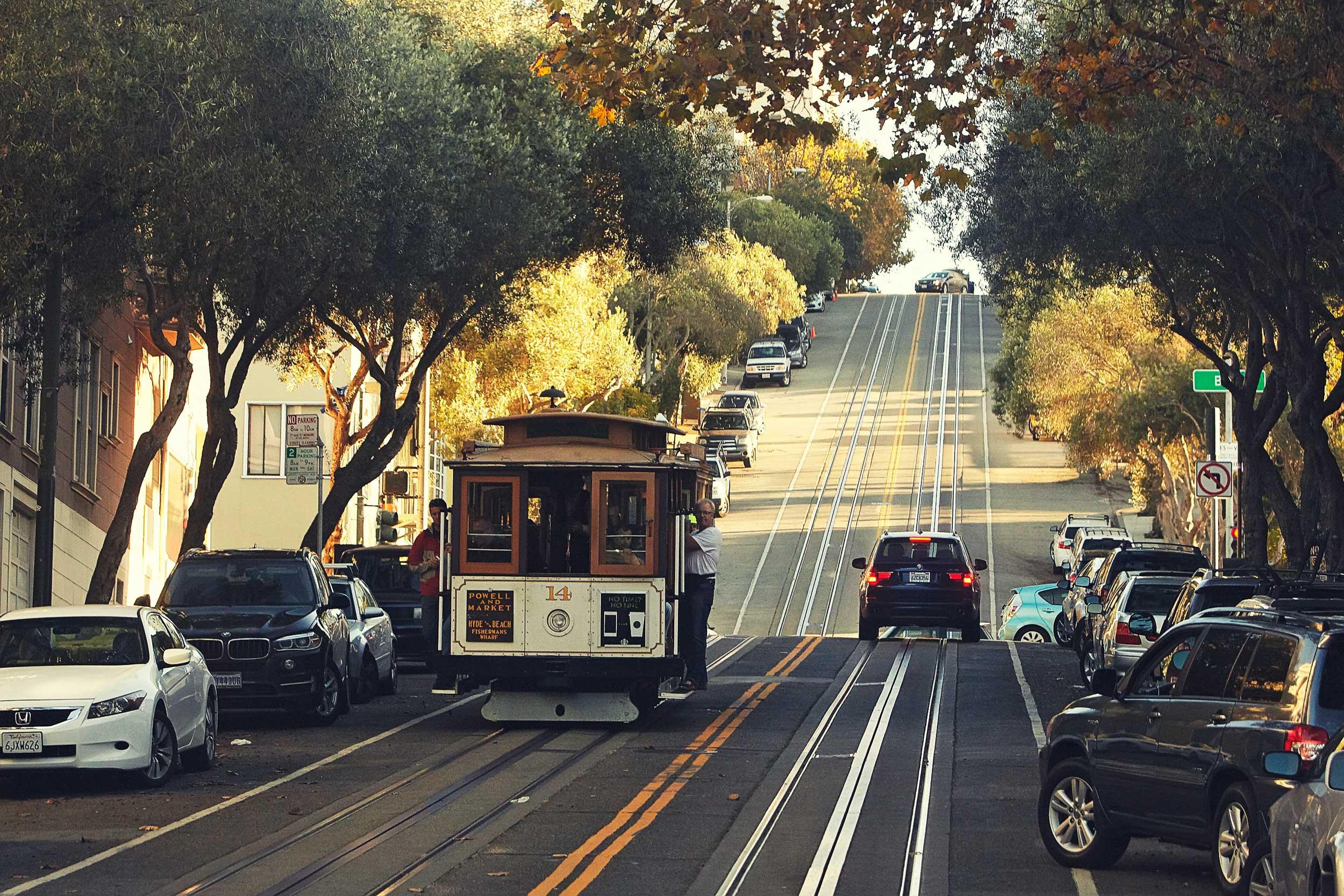 도로 위 레일을 따라 전차가 다니는 풍경을 도시 곳곳에서 볼 수 있다. © 박정우