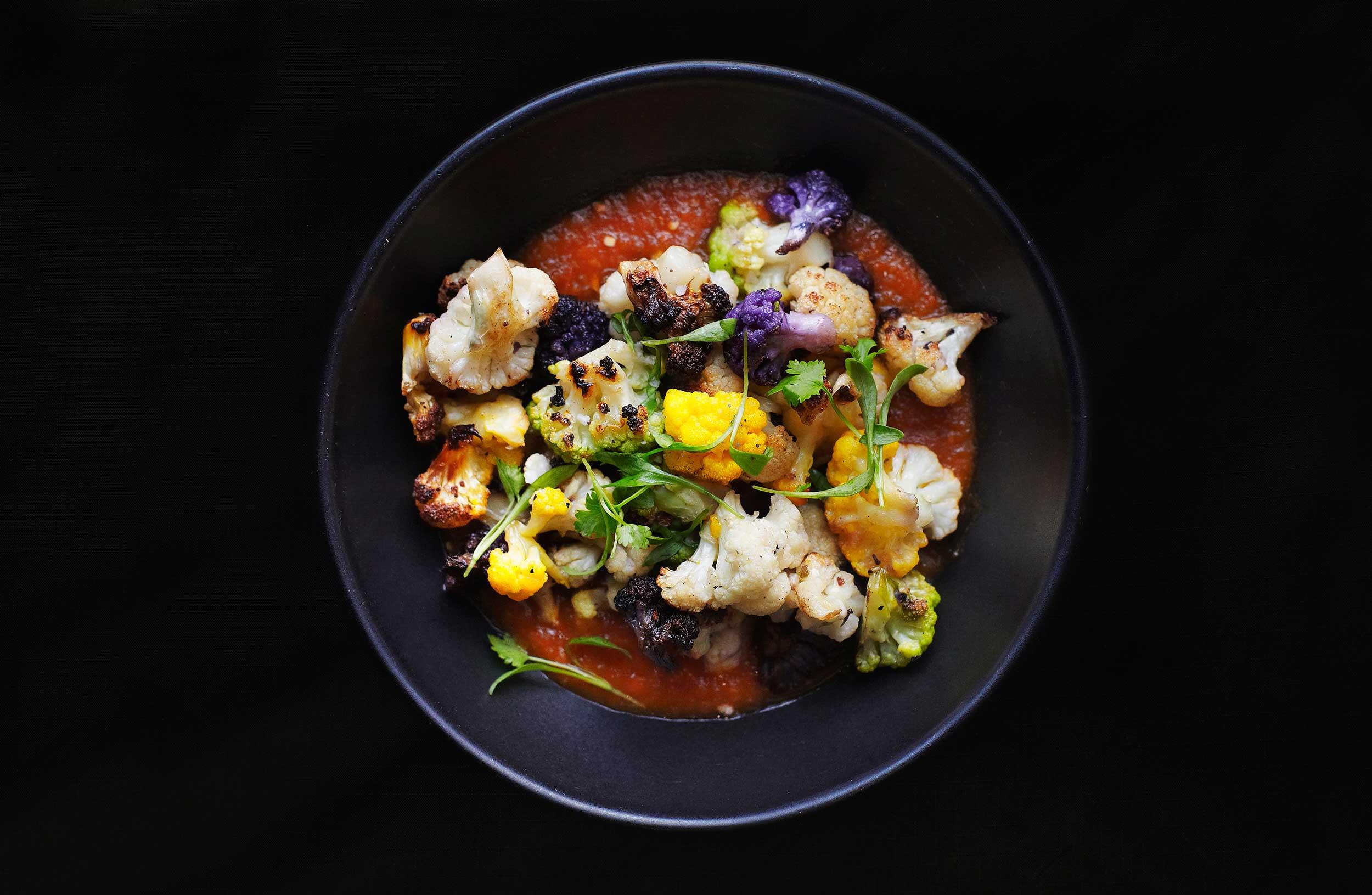 따뜻하게 조리한 콜리플라워에 살사소스를 곁들여 먹는 요리로 칼라베라의 인기 메뉴 중 하나다. © 박정우