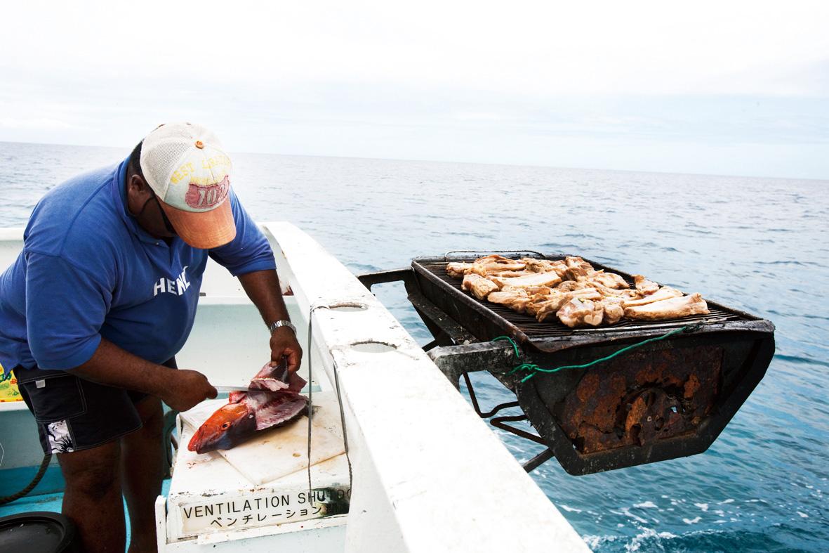 호핑투어에서는 직접 잡은 생선을 회로 즐길 수 있다. ©사이판관광청