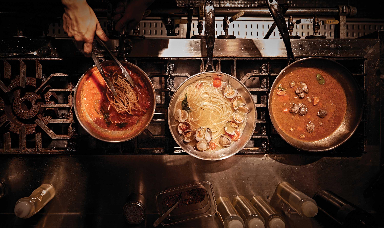 주방에서는 주문과 동시에 여러가지 파스타가 만들어진다. © 심윤석, 정지원