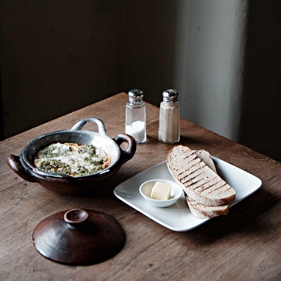 비아비아의 더레드앤더그린. 두 가지 소스를 얹어 만든 달걀 요리로 버터와 빵에 곁들여 먹는다. © 김재욱