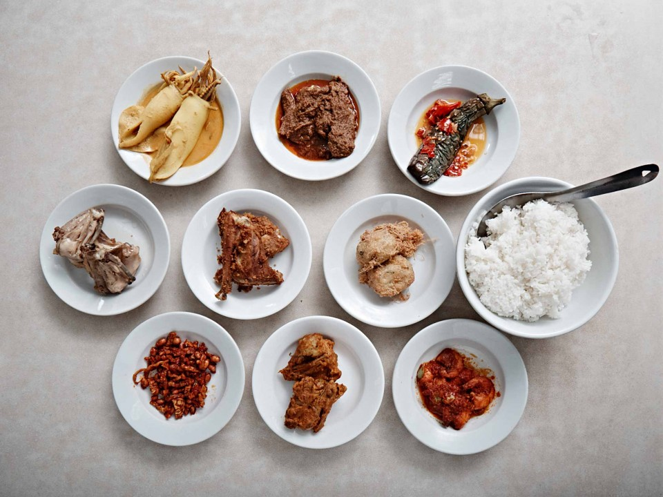 스드르하나 마사칸 파당에서 맛본 메뉴. 맘에 드는 음식이 담긴 접시만 골라 먹으면 된다. © 김재욱
