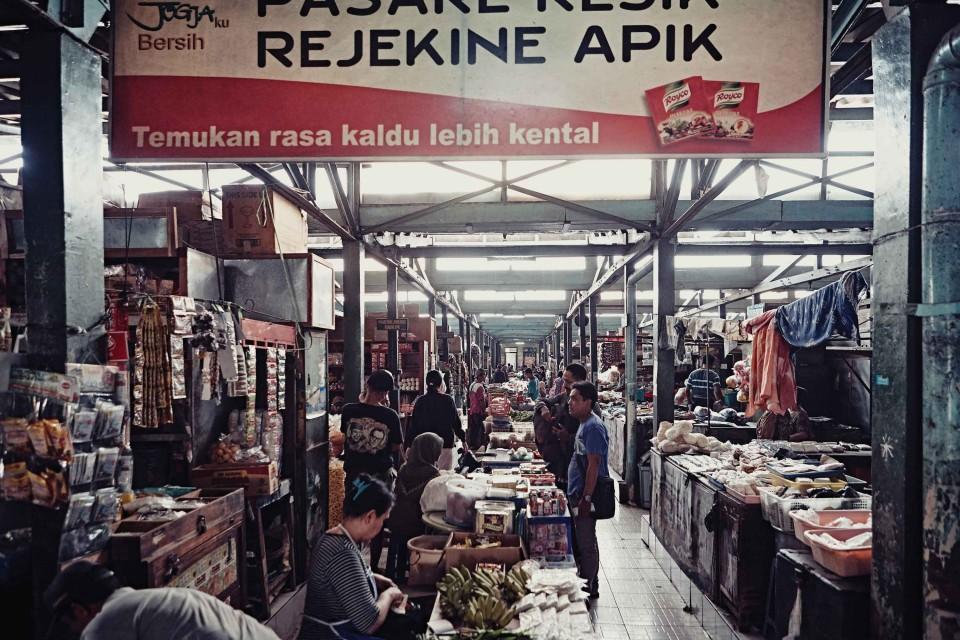 프라위로타만 2에 위치한 재래시장. 식품, 옷, 장난감 등 다양한 쇼핑이 가능하다. © 김재욱