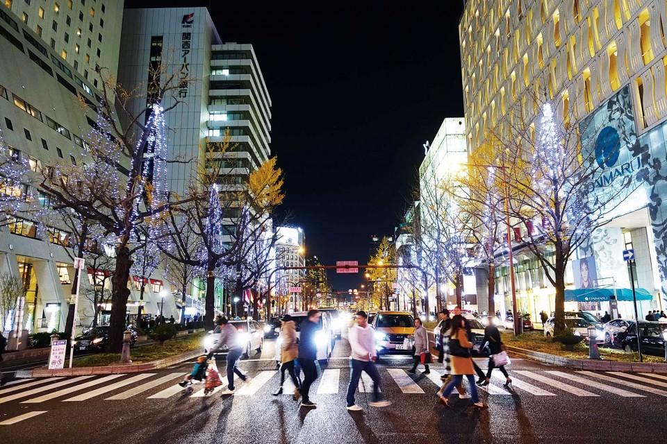 자동차의 헤드라이트가 조명이 되고 오사카의 사람들은 춤을 추듯 걸었다. 그렇게 모든 사람들이 행복한 12월 24일의 풍경. © 문은정