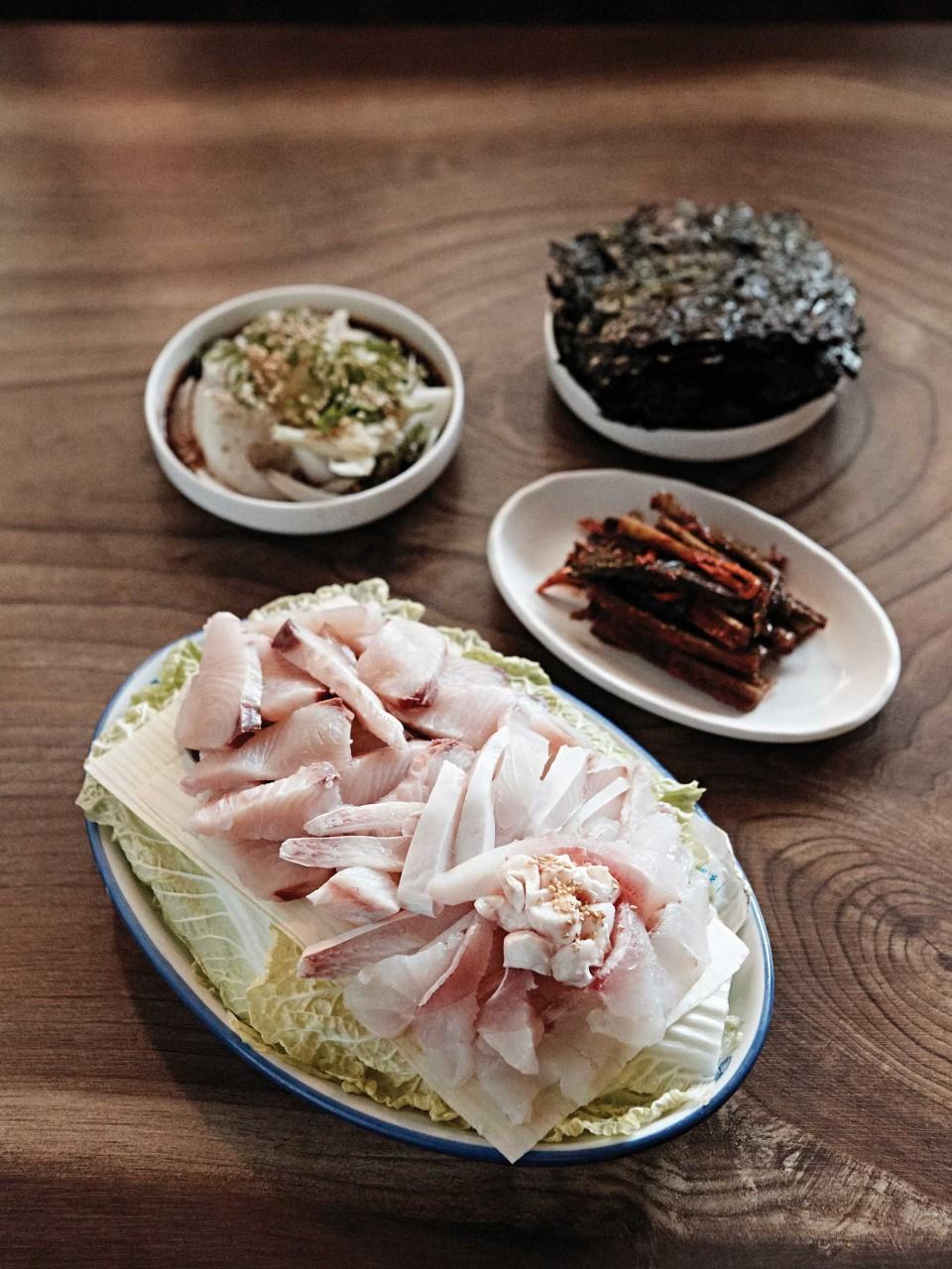 민들레집에서 맛본 선어회. 민어와 덕자병어, 삼치가 함께 나온다. 미식가인 여수 사람들은 활어보다 선어를 즐긴다. © 김재욱