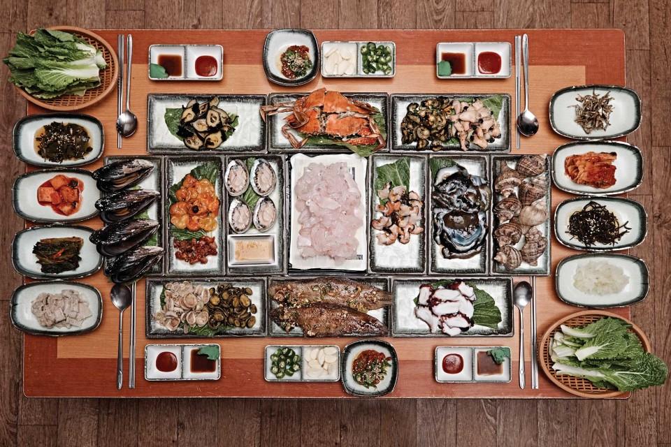 상록수식당의 회정식. 금오도에서 나는 제철 해산물을 듬뿍 올렸다. 먹는 것만으로도 공부가 된다. 4인분 기준에 10만원이다. © 김재욱