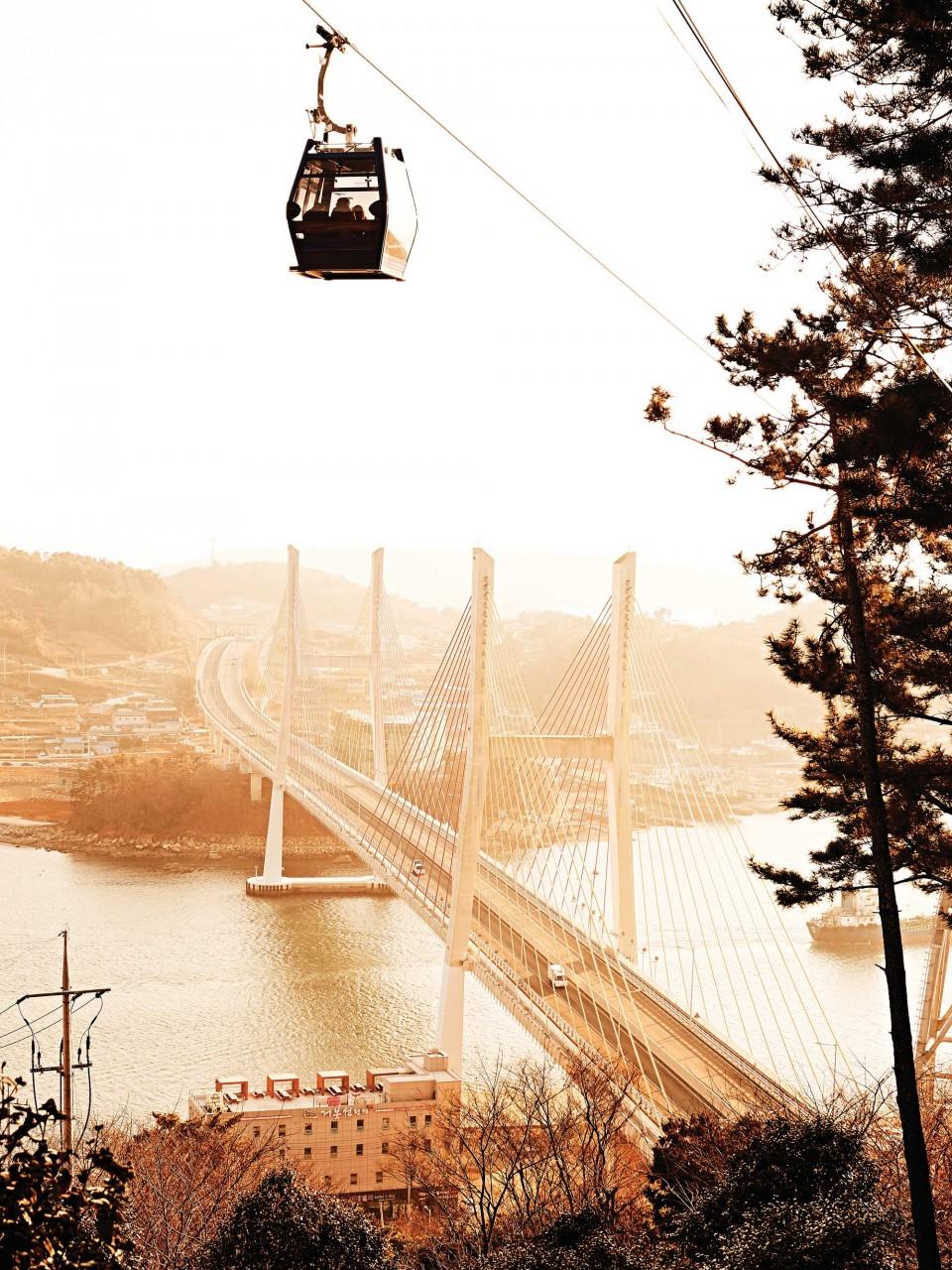 해상케이블카를 타면 돌산대교의 절경이 한눈에 들어온다. © 김재욱