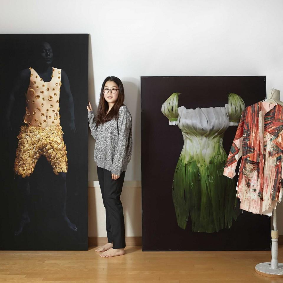 식재료로 만든 옷은 장기보관이 불가능하다. 성현주 작가는 카메라로 작품을 촬영한 뒤 포토샵으로 후작업을 한다. © 박성영