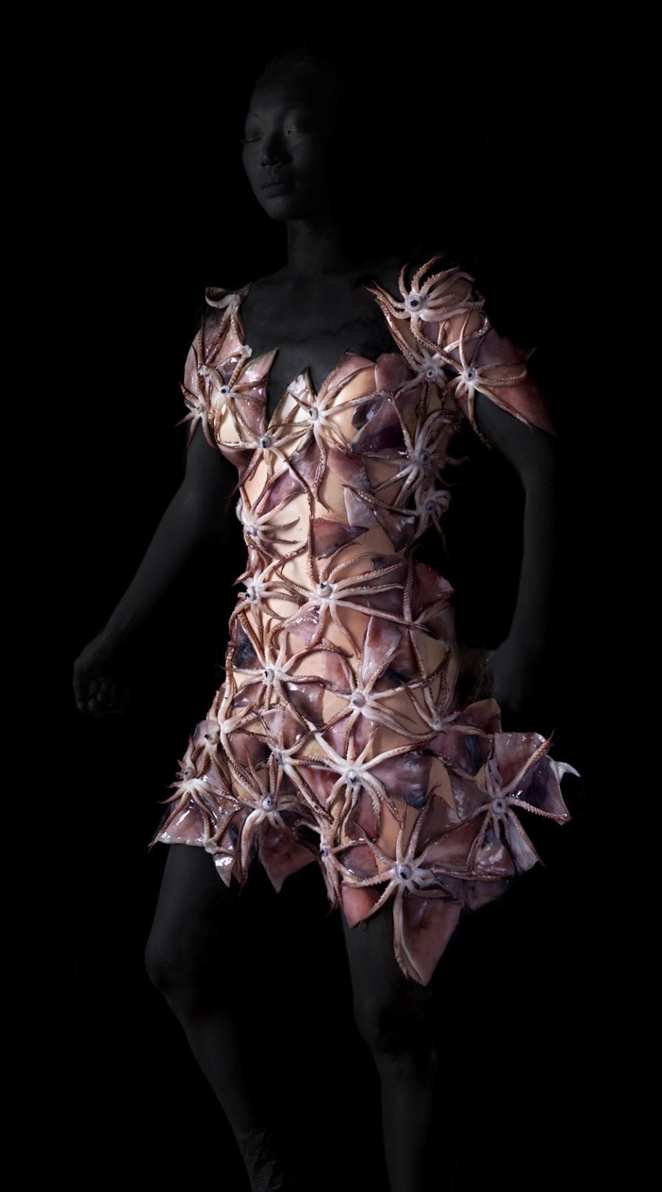 칼라마리. 피그먼트 프린트 90×200cm, 2015. 최근에는 몸을 이용한 작업을 시도하고 있다. 사람의 피부와 식재료의 모호한 경계선을 사용해 옷을 짓는다. © 박성영