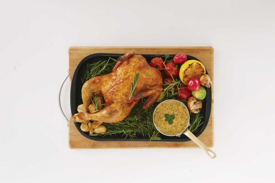 닭 한마리를 통째로 양념해 오븐에 구운 치킨 한 마리(900g). © 정현석