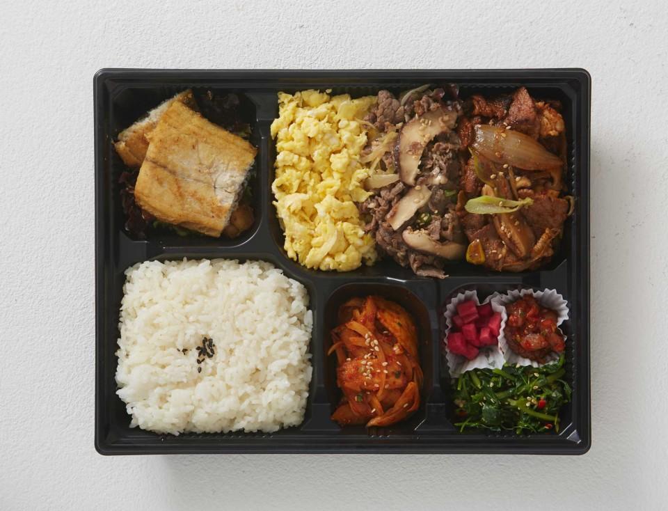 고기, 해산물, 채소가 고루 구성되어 있는 빠르크정식. © 정현석