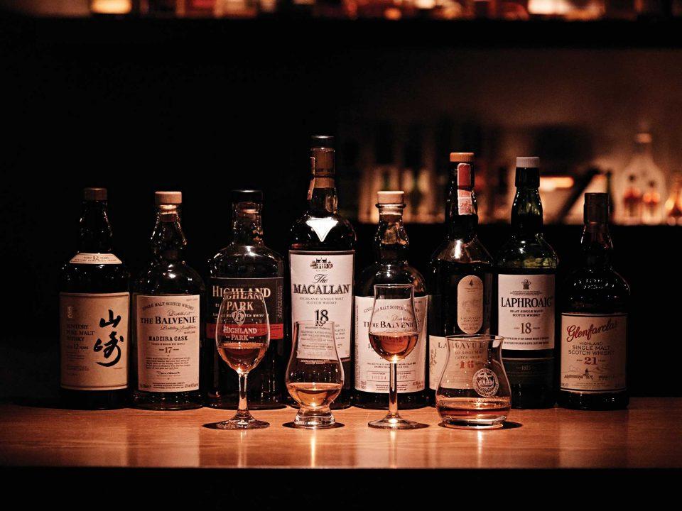 늦은 밤, 술 한잔이 그리워진다면 쇼케이스가 적당하다. 향긋한 싱글 몰트위스키의 맛을 돋우는 건 사장님의 구수한 입담이다. © 김재욱