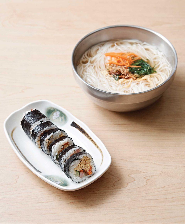 교동김밥은 달걀지단을 얇게 썰어 만든다. © 김재욱