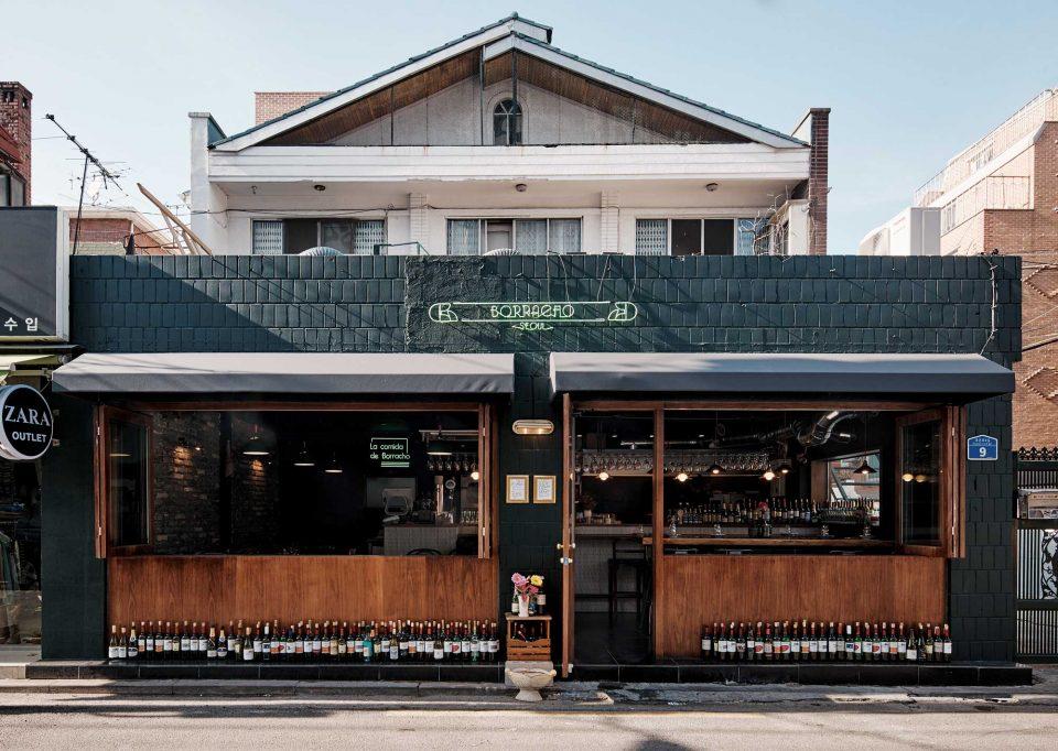 가로로 넓게 열리는 창이 있어 날씨를 즐기기 좋은 술집이다. © 양성모