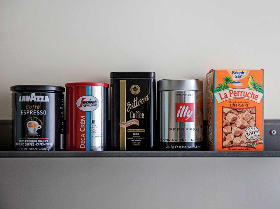 해외 출장이나 여행시 쇼핑리스트에 꼭 넣는 커피와 라빠르쉐 설탕. 이탈리아, 호주 등 다양한 원산지의 커피를 구입해 브런치를 먹을 때 각기 다른 맛의 커피를 골라 즐긴다. © 김동오