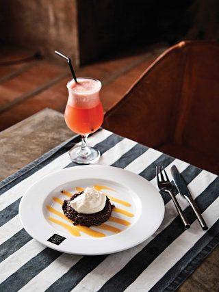 더 갤러리 카페의 시그너처 디저트인 초콜릿네미시스. 달콤쌉쌀한 칵테일과 궁합이 좋다. © 김재욱