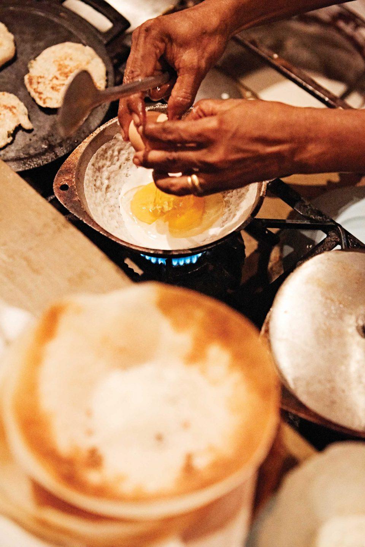 누가 가마에서는 호퍼를 주문하면 그 자리에서 직접 구워준다. 플레인호퍼와 달걀을 넣고 만든 에그호퍼 두 가지를 맛볼 수 있다. © 김재욱