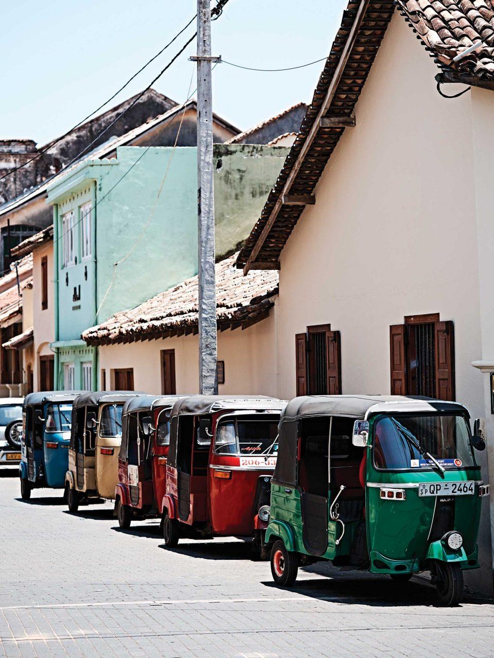 색색의 툭툭은 스리랑카 어디를 가도 발견할 수 있다. 물론 갈레에서도 중요한 교통수단이다. © 김재욱