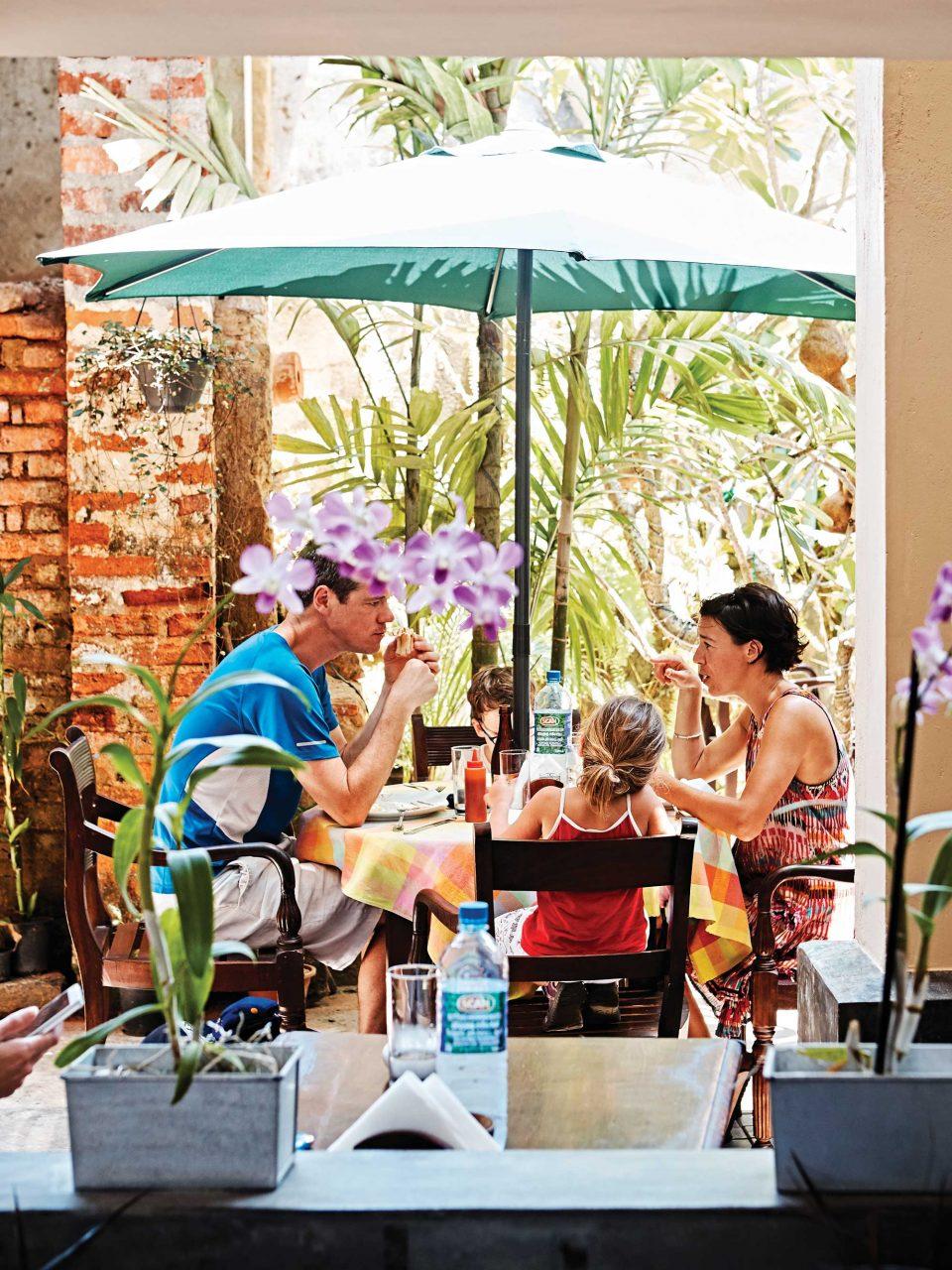 더 헤리티지 카페의 풍경은 유럽 휴양지의 분위기와 닮았다. 뜨거운 햇살은 갈레의 모든 곳들을 화려하게 비춘다. © 김재욱
