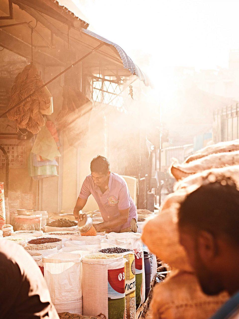 이른 아침부터 하루를 시작하는 시장의 상인들. © 김재욱
