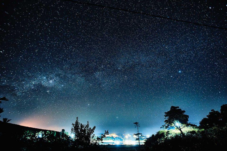 누와라엘리야의 밤하늘에는 별이 뿌려져 있다. 가만히 올려다보면 모든 걱정이 사라지면서 황홀해진다. © 김재욱