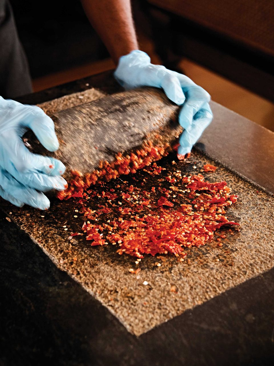 케마수트라에서는 삼볼 소스를 만들 때, 전통 방식으로 향신료를 갈아낸다. 가까이 다가가면 매콤한 칠리 향이 진동한다. © 김재욱
