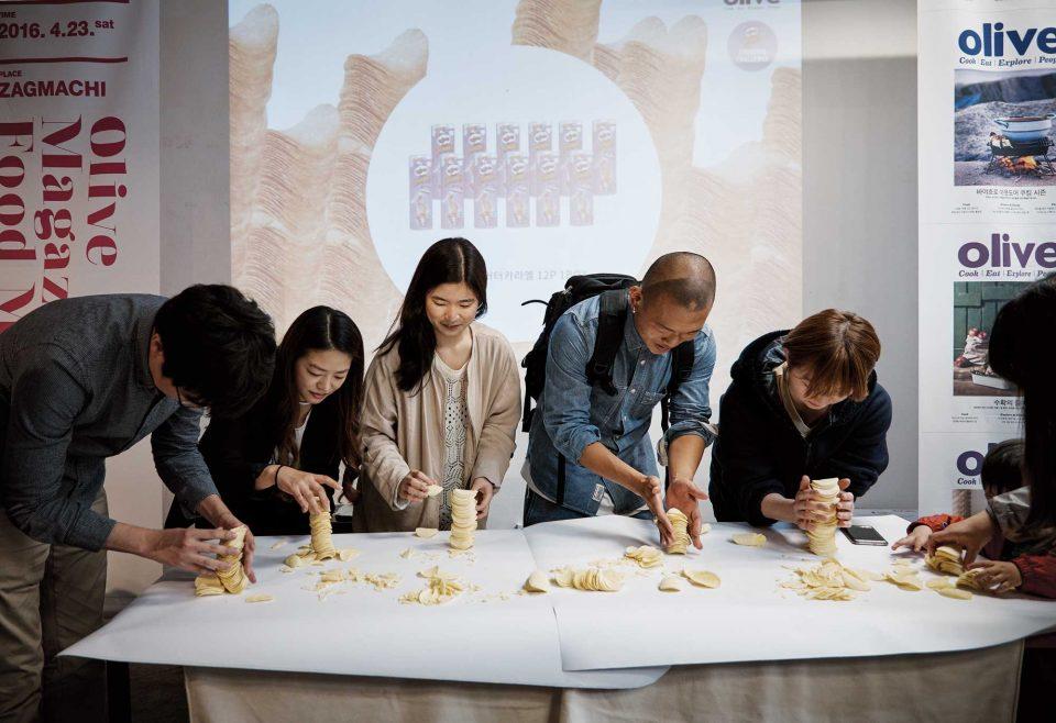 프링글스 과자를 높이 쌓는 대회가 열렸다. 제한 시간 내에 가장 높이 쌓은 사람과 참가자들은 프링글스 버터카라멜맛 제품을 선물 받았다. © 양성모